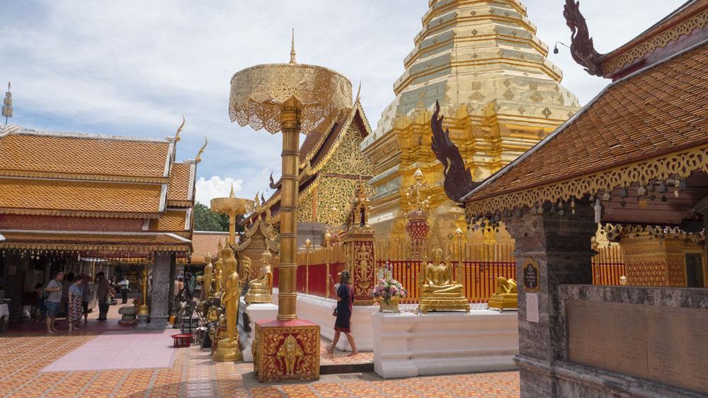 Dans la cour du Wat Phrathat Doi Suthep